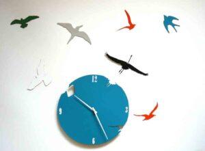 Pasari, zbor deasupra unui ceas