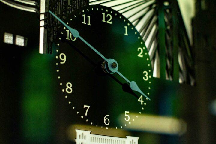 Detaliu ceas plexiglas
